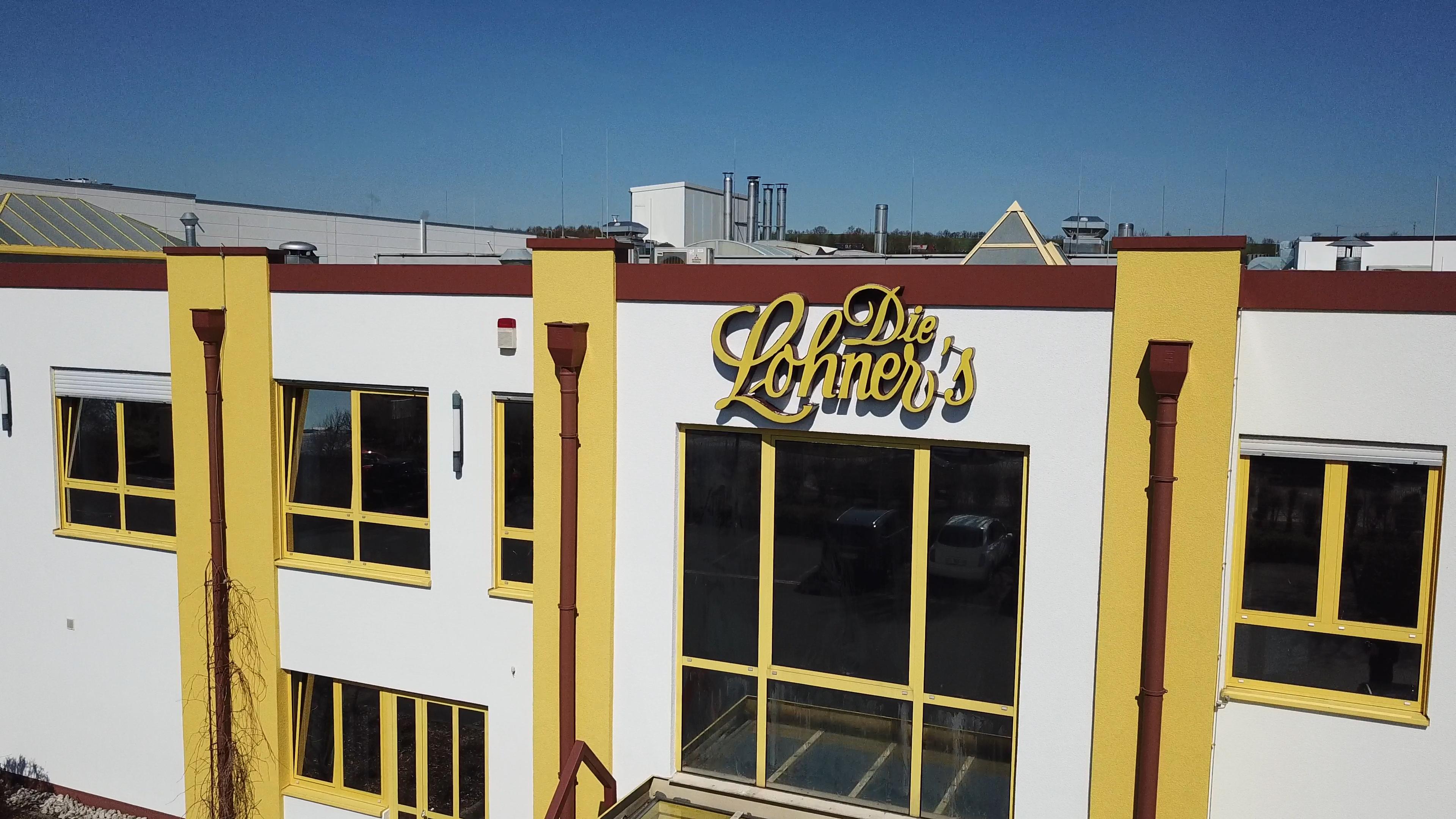 WiSOLAR-Referenz-Lohner's-Logo-Eingangsbereich-außen